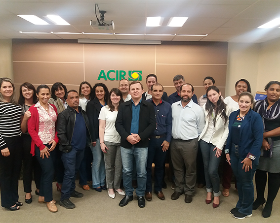 Foto da equipe na segunda reunião da Fundação Bunge em Rondonópolis, logotipo na ACIR ao fundo
